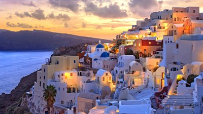 Oia, a village on Santorini, offers unique delights for visitors. // © 2016 iStock 2