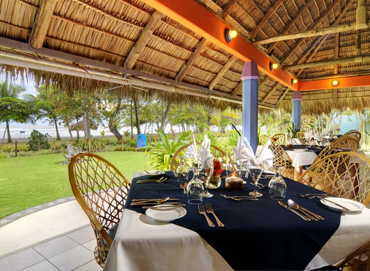 The property's alfresco restaurant features a variety of dishes, from fresh fruit smoothies to whole red snapper and chorizo burgers. // © 2014 Alma Del Pacifico Beach Hotel & Spa