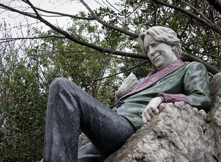 Snap a selfie with the carved likeness of Oscar Wilde in Merrion Square park in Dublin. // © 2014 Creative Commons user stephmouss