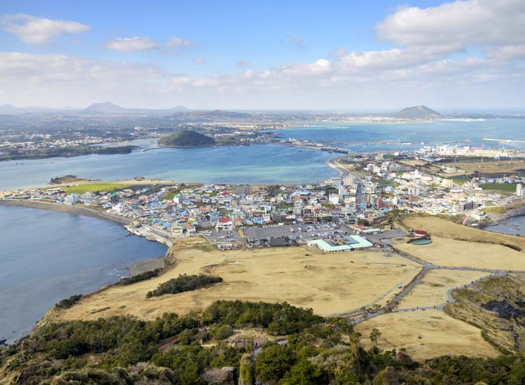Koreans often call Jeju-do, the country's biggest island, 'the Hawaii of Korea.' // © 2013 theJIPEN/ Thinkstock