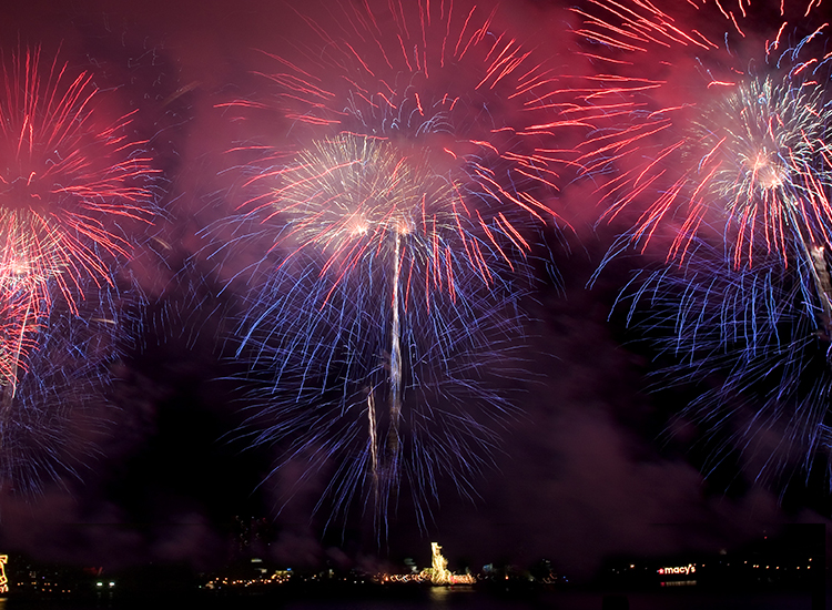 The Macy's 4th of July Fireworks show lights up the New York City skyline. // © 2014 Macy's