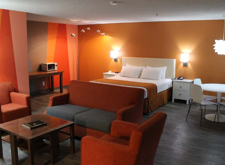 Guestrooms offer style and comfort on a budget. // © 2013 The Monroe Palm Springs